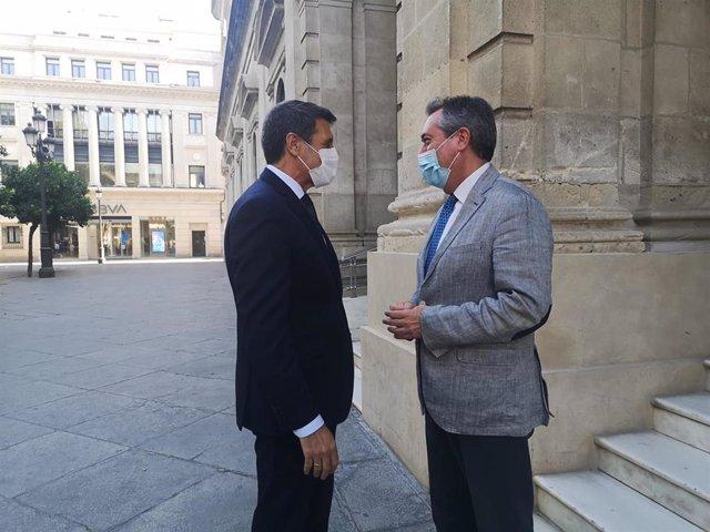 El delegado del Gobierno en Andalucía, Pedro Fernández, a su llegada al Ayuntamiento de Sevilla para la reunión con el alcalde, Juan Espadas