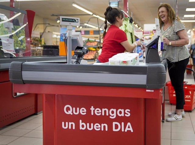 Archivo - Dependienta de Supermercado Dia
