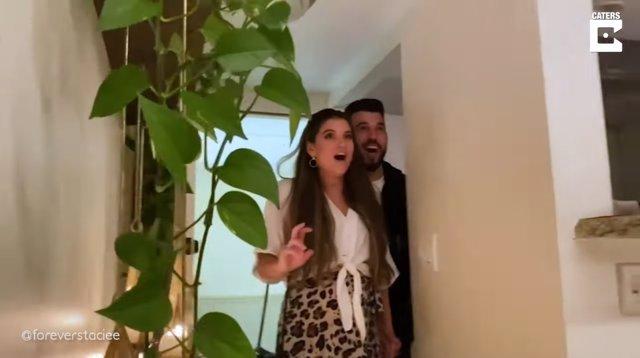 Los amigos de esta pareja los sorprenden con una fiesta de revelación de sexo de su bebé que incluye fuegos artificiales