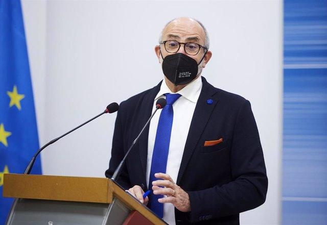 Archivo - El consejero de Sanidad de Cantabria, Miguel Rodríguez, en una rueda de prensa.