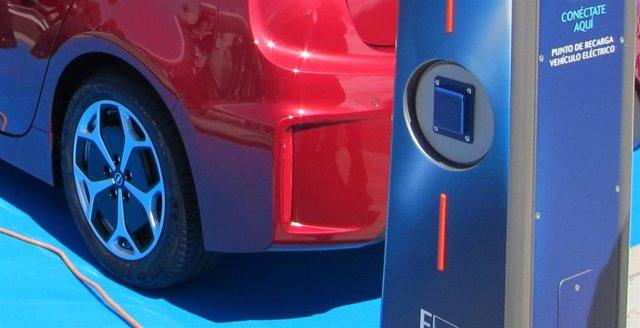 Archivo - Recarga de vehículo eléctrico.