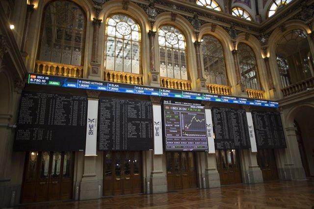Valores del Ibex 35 en los paneles del Palacio de la Bolsa, a 9 de julio de 2021, en Madrid, (España). El índice Ibex 35 de la Bolsa de Madrid cotizaba en la media sesión de este viernes con un repunte del 0,74% que llevaba al selectivo madrileño a recupe