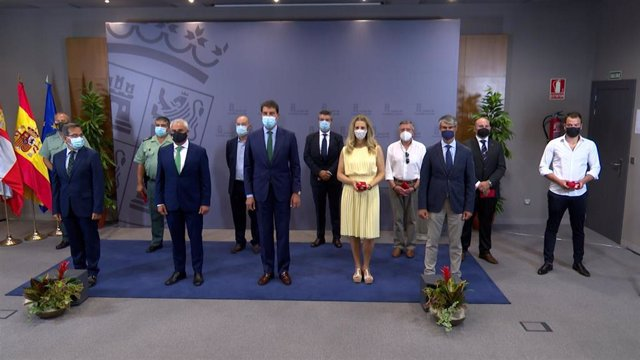El consejero de la Presidencia (D) posa con las víctimas del terrorismo que han recibido la Medalla de Castilla y León.