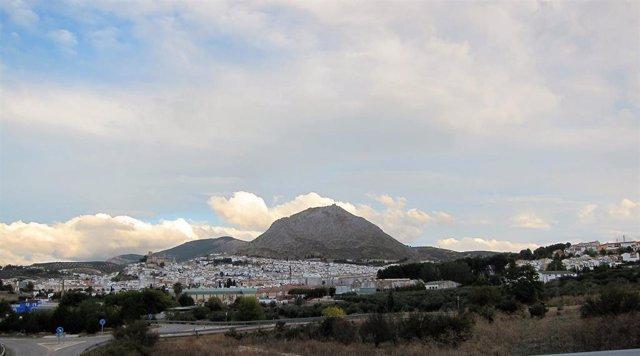 Archivo - Vista de Martos, con la Peña al fondo.
