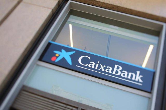 Una oficina de Caixabank, a 8 de julio de 2021, en Madrid (España).