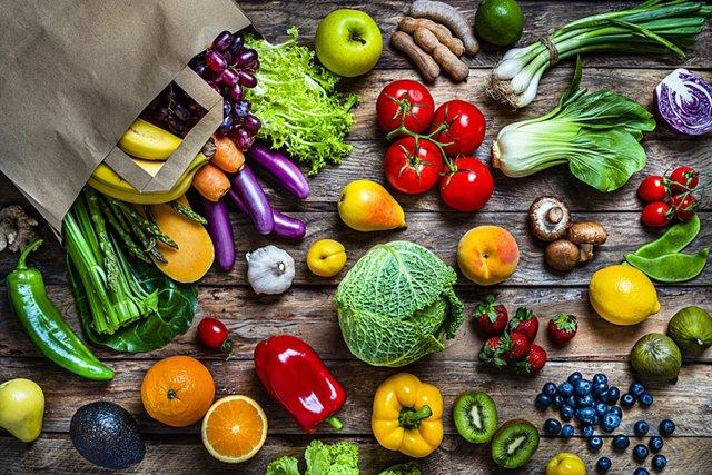 Archivo - Comida sana. Verduras y frutas.