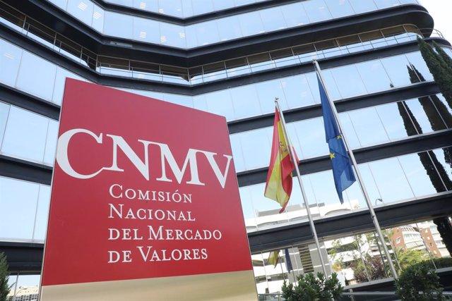 Archivo - Cartel a la entrada del edificio de la Comisión Nacional del Mercado de Valores (CNMV) en Madrid.