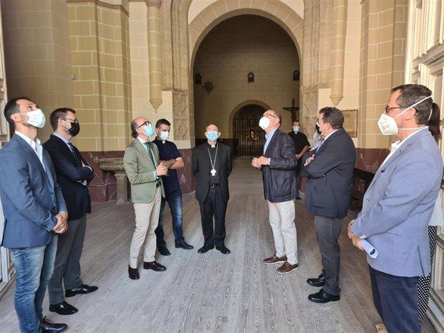 El consejero de Cultura visita las obras de la Colegiata de Medinaceli junto al alcalde a la localidad y representantes de la diócesis.