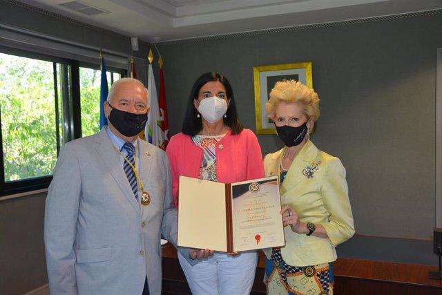 De izquierda a derecha: Raquel Rodríguez, nueva presidenta del Comisión Deontológica del Consejo General de Enfermería, con Florentino Pérez Raya y Pilar Fernández, presidente y vicepresidenta del CGE, respectivamente.