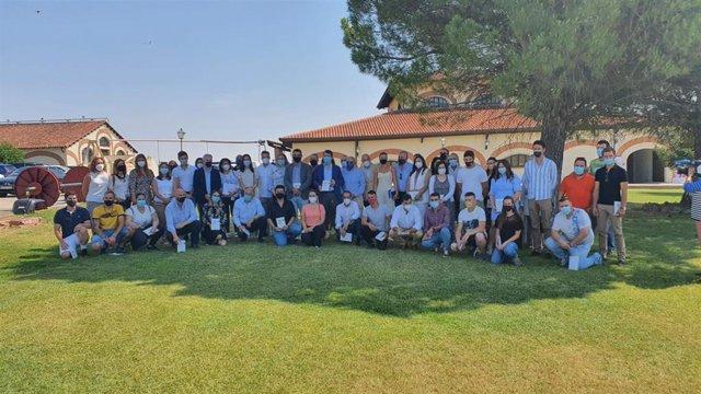 Mañueco acompañado por un grupo de jóvenes agricultores y ganaderos tras la presentación del Plan Agricultura y Ganadería Joven