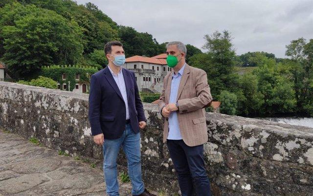 El secretario xeral del PSdeG, Gonzalo Caballero, junto al alcalde de Ames (A Coruña), Blas García, en Ponte Maceira