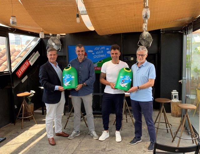 El exciclista Óscar Pereiro junto al Director General de La Vuelta, Javier Guillén, el Director de Marketing de Ecovidrio, Borja Martiarena, y el periodista Javier Ares.
