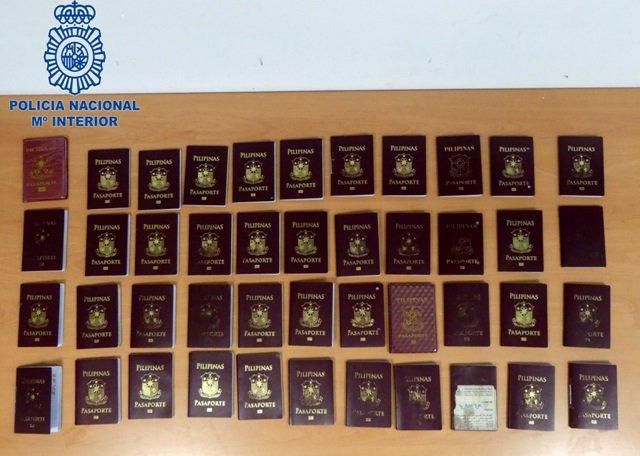 Pasaportes falsos intervenidos.