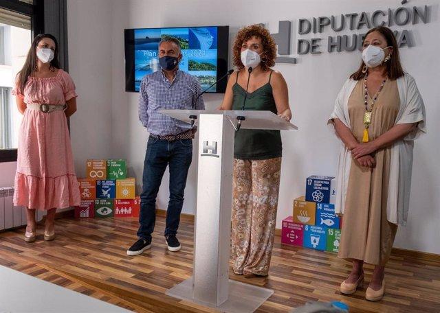 La presidenta de la Diputación de Huelva, María Eugenia Limón, presenta el Plan de Playas.