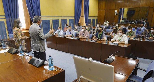 Archivo - Juan Espadas, reunido con colectivos de jóvenes en el Parlamento andaluz.