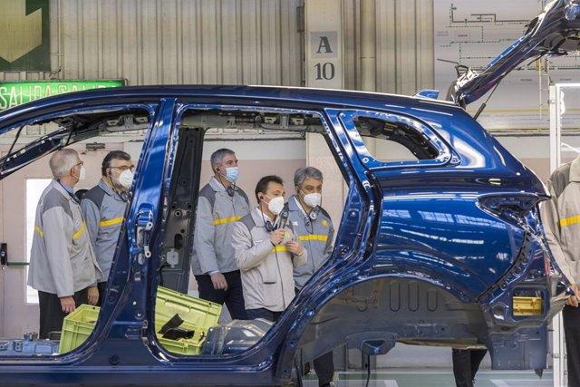 Archivo - Imagen de archivo de una de las últimas visitas de responsables de Renault a la factoría de Palencia.
