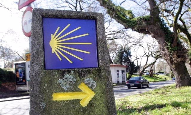 Archivo - Mojón que señaliza el Camino de Santiago.
