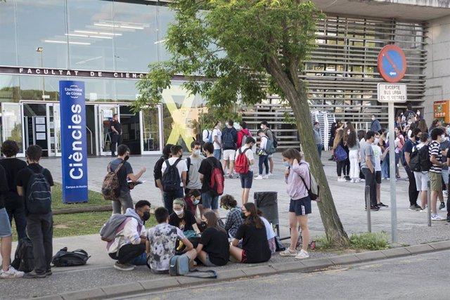 Archivo - Un grupo de estudiantes a su llegada a la Facultad de Ciencias del Campus Montilivi de la Universidad de Girona para comenzar  los exámenes de selectividad 2021, a 8 de junio de 2021, en Girona, Catalunya (España).