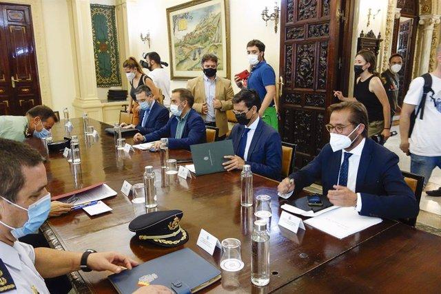 El alcalde de Granada, Francisco Cuenca, asiste a la mesa contra los cortes de luz.