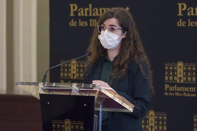 Archivo - La portavoz adjunta de Unidas Podemos en el Parlament, Esperança Sans, en una rueda de prensa.