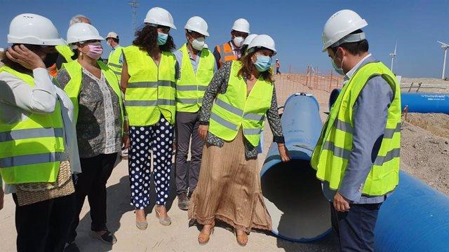La consejera de Agricultura, Ganadería, Pesca y Desarrollo Sostenible, Carmen Crespo, durante las obras de mejora de la Sierra Sur de Sevilla