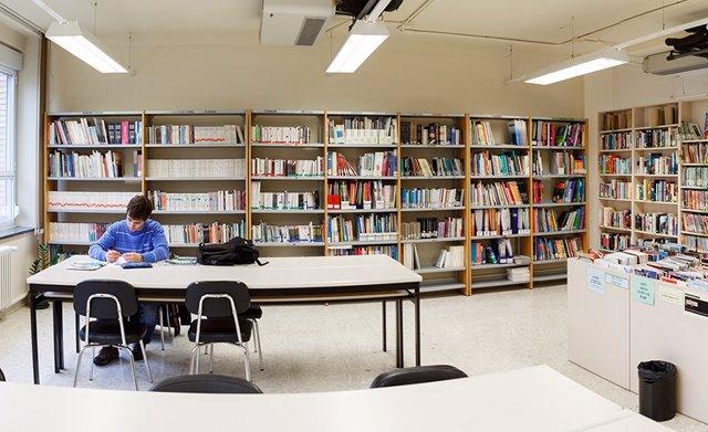Archivo - Un alumno en el centro de recursos del Centro Superior de Idiomas.