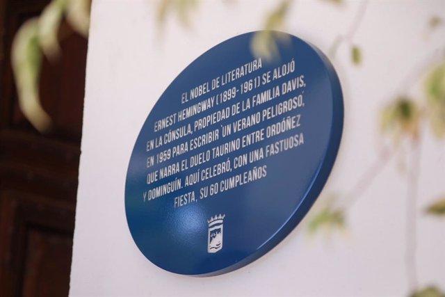 Placa dedicada a Ernest Hemingway en La Cónsula de Málaga