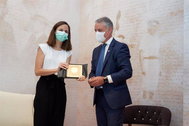El Lehendakari Iñigo Urkullu ha entregado un obsequio a la ministra de Derechos Sociales y Agenda 2030 Ione Belarra.