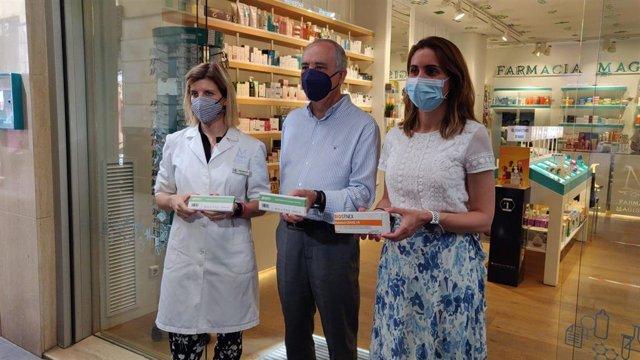 Paula Payá y Jesús Cañavate visitan una oficina de farmacia