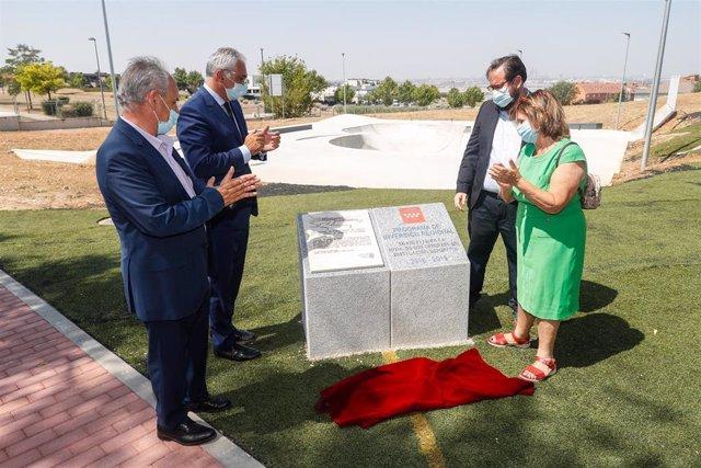 El consejero de Administración Local y Digitalización del Gobierno regional, Carlos Izquierdo, visita un skatepark en Homenaje a Ignacio Echeverría