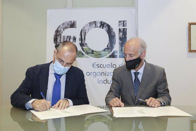 Fotografía de la firma entre la Escuela de Organización Industrial y Cobre Las Cruces.