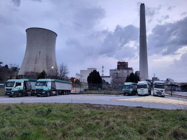 Archivo - Los camiones del carbón de la central de Endesa en As Pontes