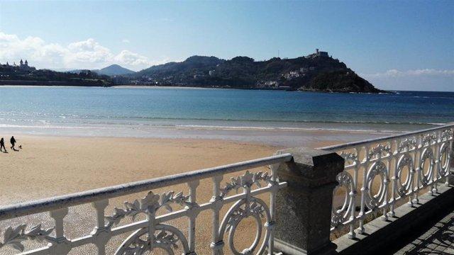 Archivo - Sol en la playa de La Concha, en San Sebastián
