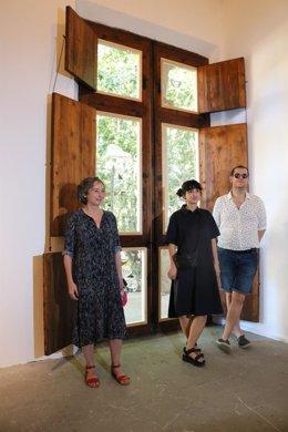 El comisario Oriol Fontdevila y la artista Lara Fluxà en el Casal Solleric