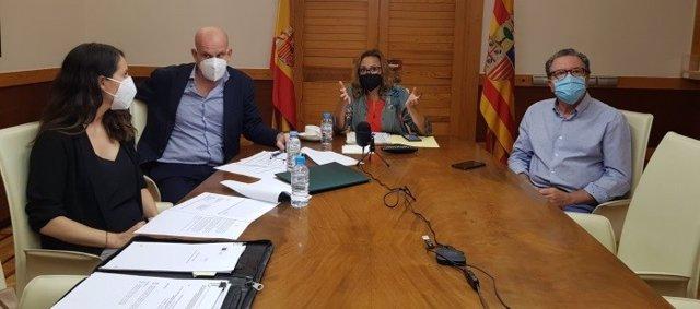 La consejera de Presidencia, Mayte Pérez, y otros representantes aragoneses en la reunión telemática con Castilla-La Mancha y Castilla y León, sobre ayudas europeas para regiones con baja demografía.