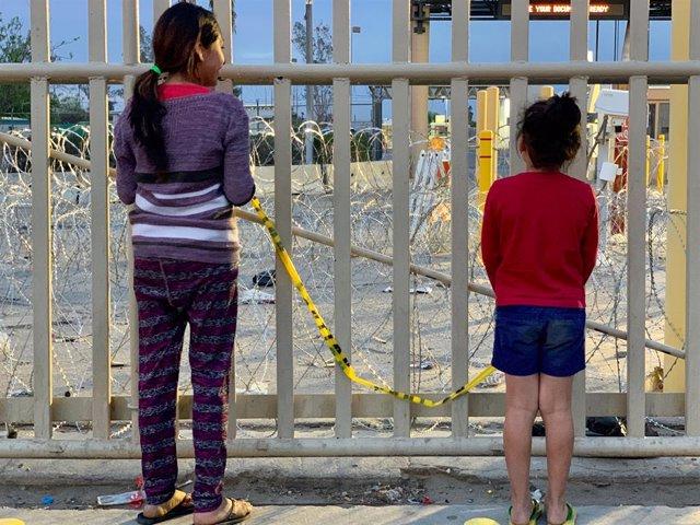 Archivo - Dos menores en la frontera de México con Estados Unidos