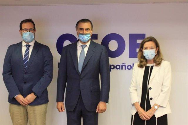 De izquierda a derecha: Carlos Ruiz, secretario de la comisión; Alejandro Aznar, presidente de la comisión; y Cristina Rivero, directora de Industria, Energía, Medio ambiente y Clima de CEOE.