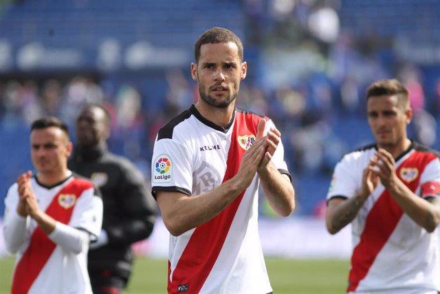 Archivo - Mario Suarez, del Rayo Vallecano, aplaude a los seguidores franjirrojos en las gradas del Coliseum Alfonso Pérez de Getafe