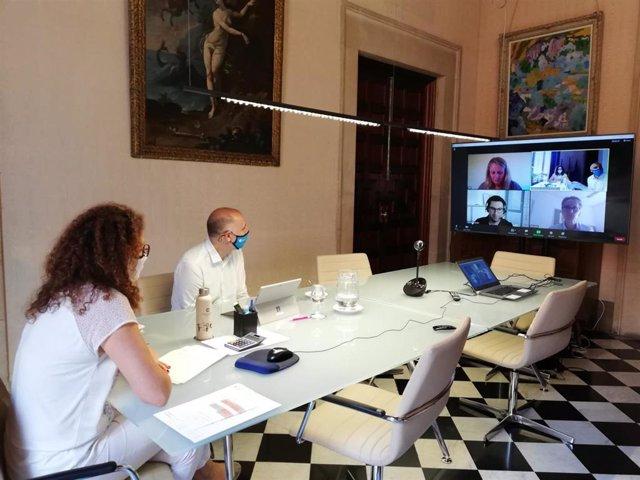 La presidenta del Consell de Mallorca, Catalina Cladera, y el conseller de Turismo y Deportes, Andreu Serra, en la reunión con los agentes turísticos
