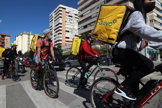 """Archivo - Varios repartidores de plataformas digitales se manifiestan en contra de la nueva ley """"Rider"""""""