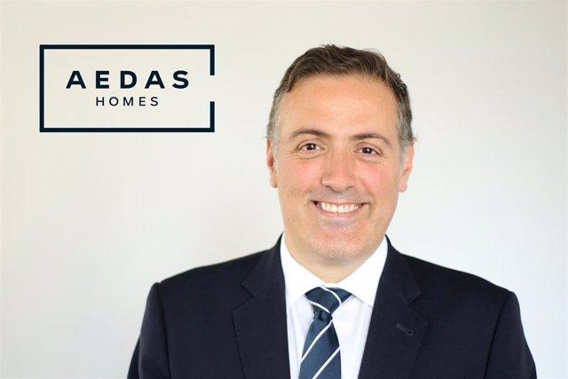 Archivo - El Consejero Delegado de AEDAS Homes, David Martínez, posa delante del logo de la empresa