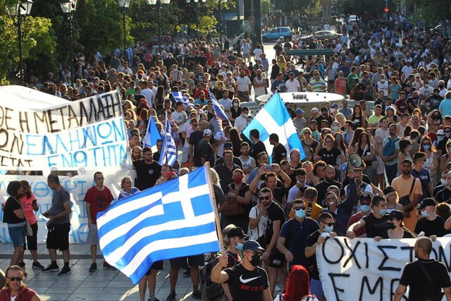 14 July 2021, Greece, Athens: Anti-vaccine protesters take part in a rally after the government announced mandatory vaccinations for certain sectors. Photo: Aristidis Vafeiadakis/ZUMA Wire/dpa