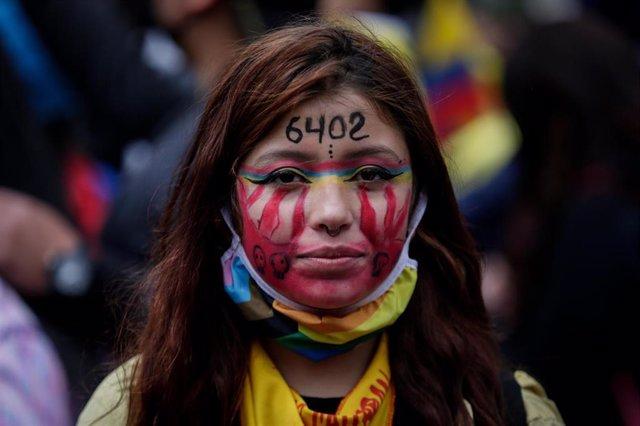 """Una joven participa en una protesta contra el Gobierno en el Día de la Independencia de Colombia. En su frente ha escrito el número """"6402"""" en alusión a los civiles asesinados por los militares"""