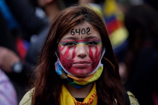 """20 July 2021, Colombia, Bogota: A young woman takes part in a protest against the government on the day of Colombian independence. On her forehead, she has written the number """"6402"""" in allusion to the civilians killed by the military. Photo: Mariano Vimos"""