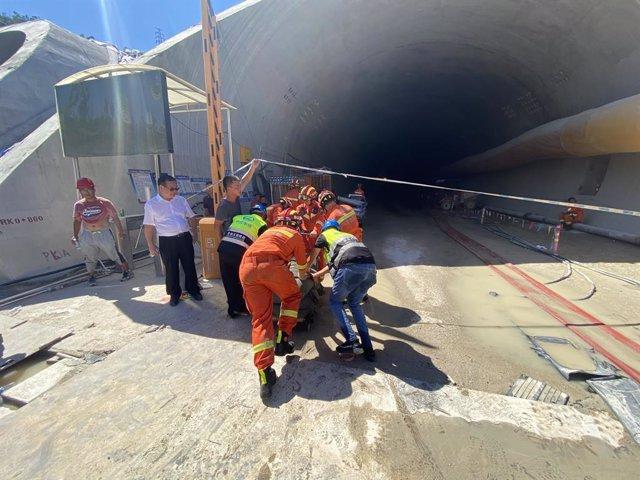 Foto tomada con un teléfono móvil el 15 de julio de 2021 muestra un sitio de rescate en un túnel inundado en Zhuhai, provincia de Guangdong, en el sur de China.