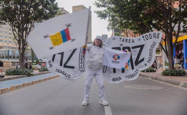 Archivo - Un hombre reivindica la paz en Colombia en una protesta