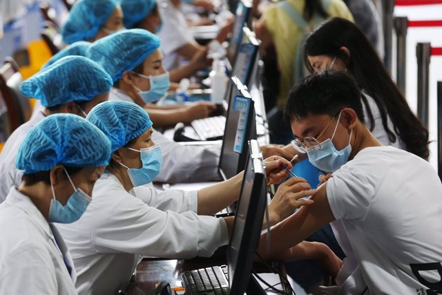 Archivo - 11 June 2021, China, Chongqing: Health workers vaccinate 3318 senior high school graduates as the Qianjiang District of Chongqing City organize a coronavirus vaccination campaign to establish an immune barrier as soon as possible. Photo: Yang Mi