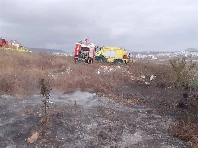 Efectivos de bomberos de Las Palmas de Gran Canaria y de Gran Canaria extinguen un incendio en Lomo El Diviso, en Las Palmas de Gran Canaria