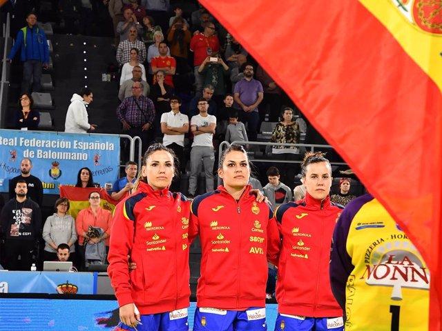 Archivo - La jugadora española de balonmano Carmen Martín (izda) antes de un partido de la selección femenina de balonmano