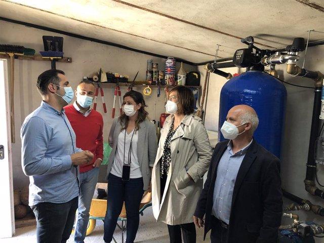 Armisén (C) junto al alcalde de Santa Cecilia y los diputados en las instalaciones de la descalcificadora.